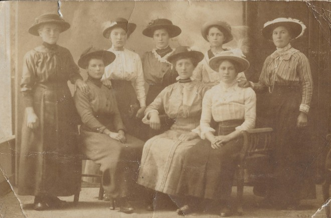 groep eerste zittend van links maria Smeets